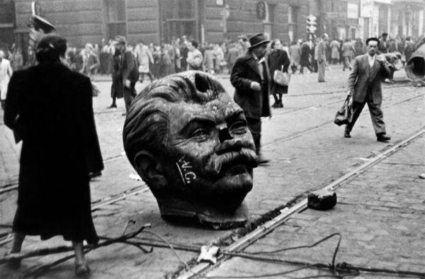 Statue de Staline : les oreilles et la queue ! - Le Courrier d'Europe  centrale