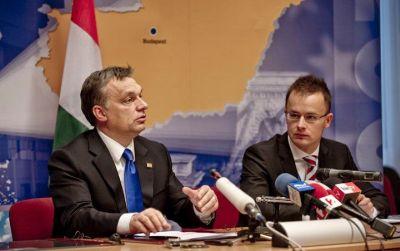 Viktor Oban et son porte-parole, le 28 décembre 2010 crédit : hirado.hu
