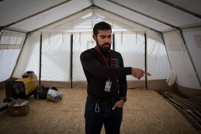 Syd me présentant la future tente de Médecins sans frontières © Jérôme Cid