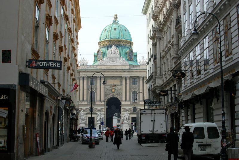 Le Hofburg et la Michaelerplatz depuis le Kohlmarkt, à Vienne.