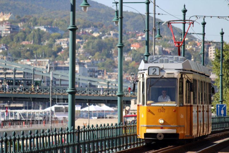 Le tramway 2 le long du Danube à Budapest
