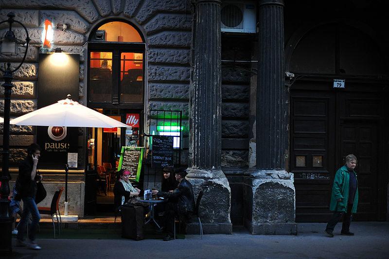 """Le soir sur Andrássy út, les """"Champs Elysées"""" de Budapest - Wikimedia Commons"""