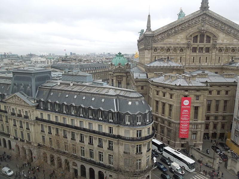 Derrière l'Opéra, le paysage haussmannien traditionnel du centre de Paris.