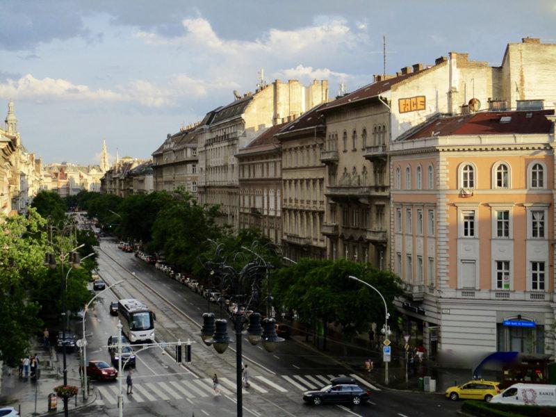 Un alignement haussmannien, avec un peu de fantaisie du côté d'Oktogon, à Budapest (Photo : Yohan Poncet)