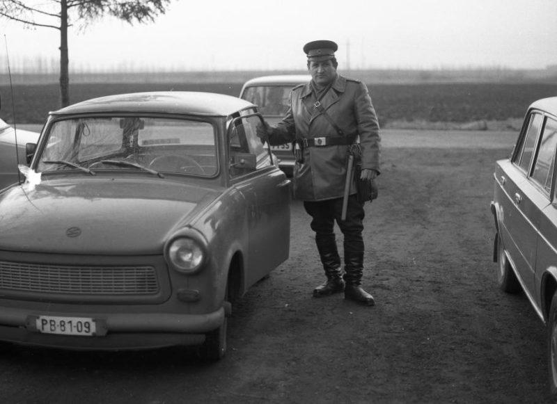 Policier hongrois et Trabant, en 1981 - Fortepan