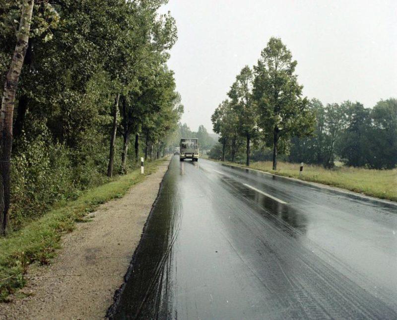 Car de marque Ikarus sur une route nationale en 1973 - Fortepan